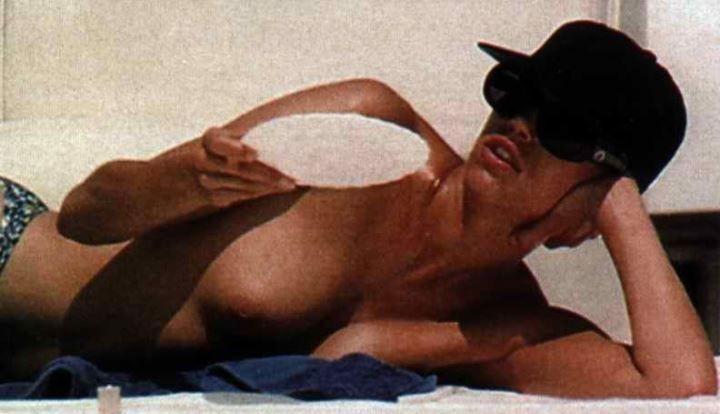 Эмма Сьоберг топлес на пляже