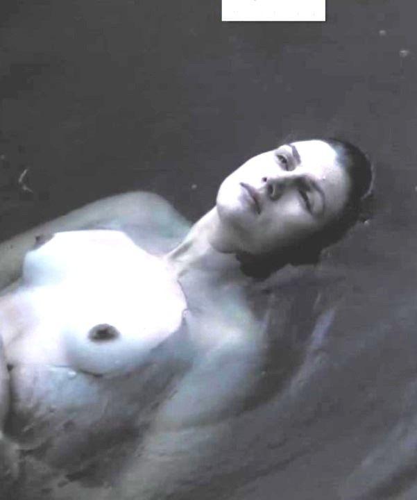 Марьяна Спивак с голой грудью