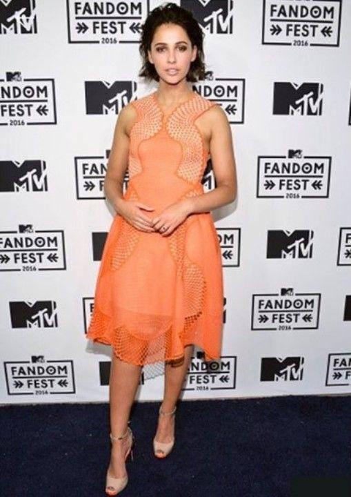 Наоми Скотт в платье без лифчика