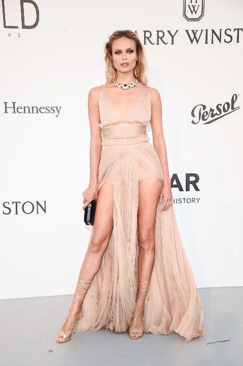 Наташа Поли в голом платье