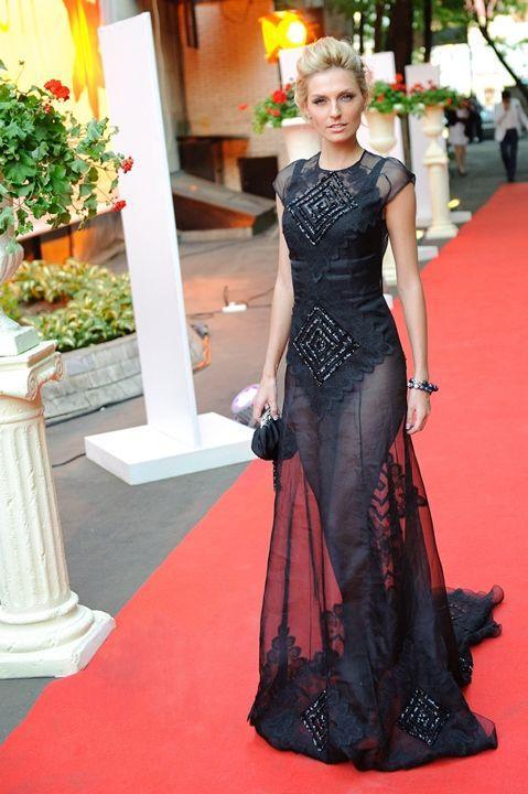 Саша Савельева в голом платье