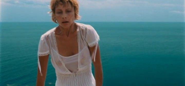 Алена Бабенко в мокрой блузке без лифчика