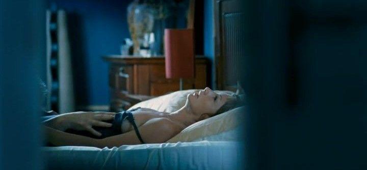 Алена Бабенко с голой грудью