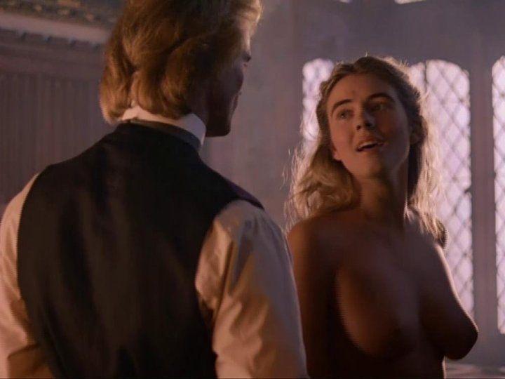 Элизабет Хёрли с голой грудью