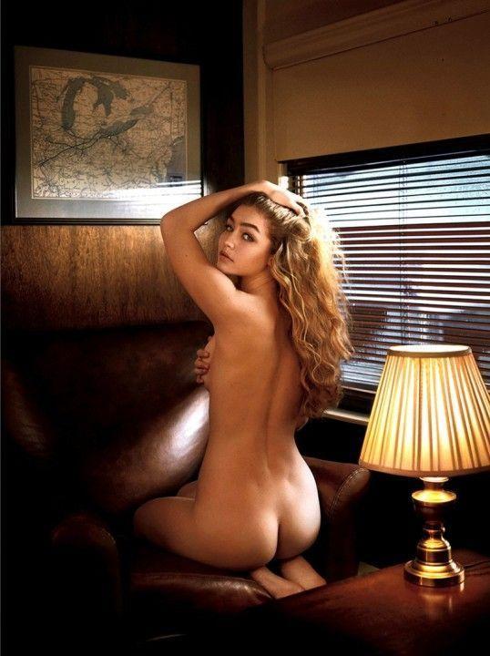 голая попка Джиджи Хадид без трусиков фото