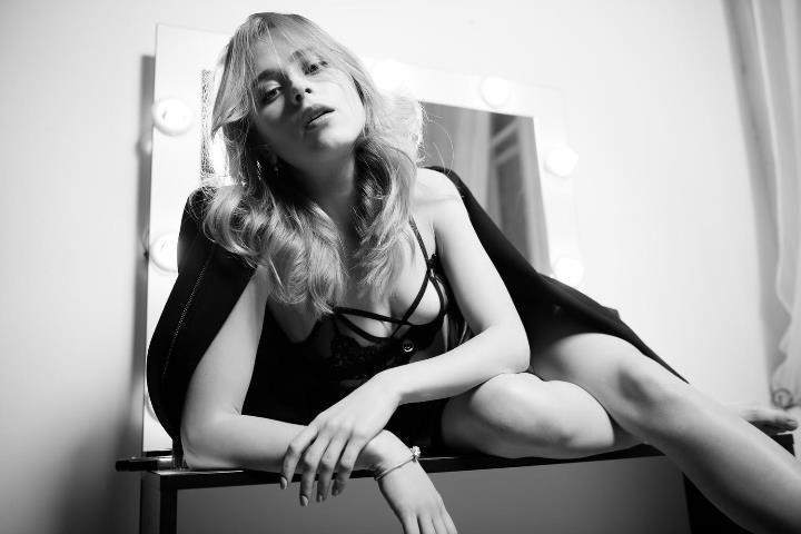 Анна Кошмал с голой грудью