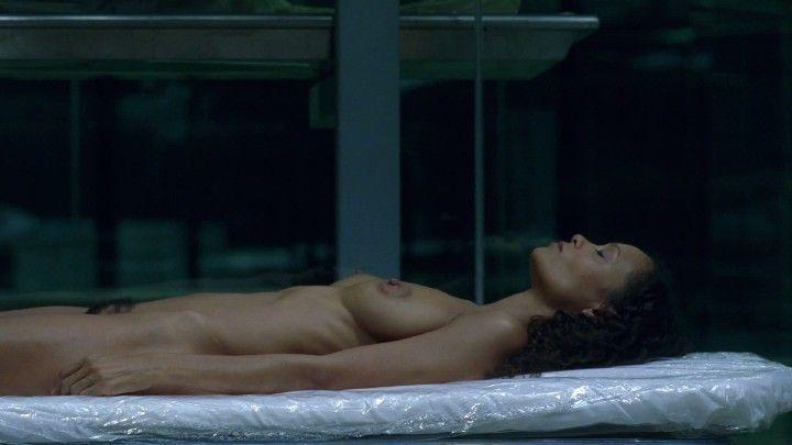 голая грудь и не бритый лобок Тэнди Ньютон