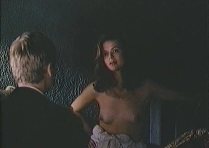 молодая Юлия Меньшова с голой грудью