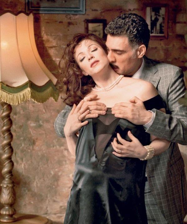 Алену Хмельницкую трогают за грудь