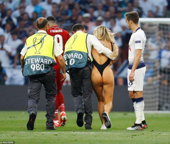 голая девушка выбежала на футбольное поле прямо во время финала Лиги Чемпионов 2019