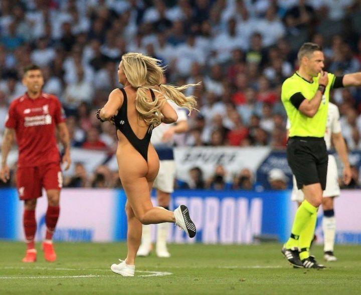 финал Лиги Чемпионов голая девушка на поле