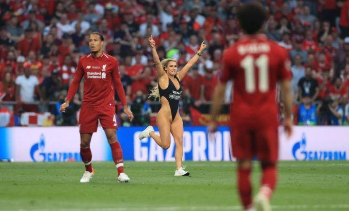 Голая Кинси Волански на футбольном поле финала лиги чемпионов