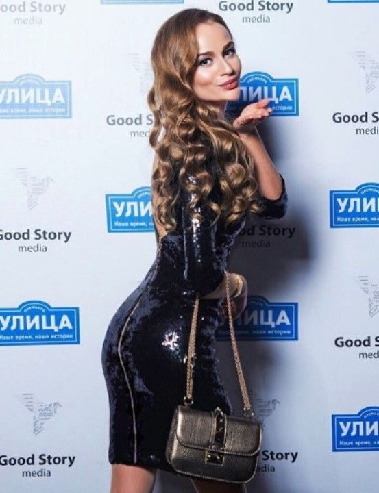 Ксения Жданова выпучила задницу