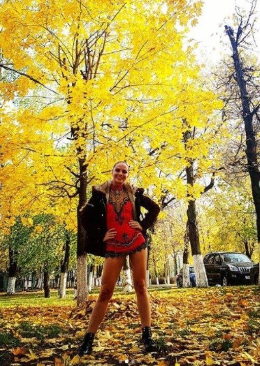 актриса Яна Науменко в коротком мини