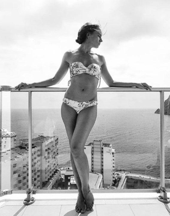 актриса Яна Науменко в бикини
