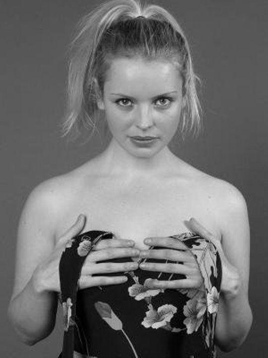 Анна Табанина обнажила грудь
