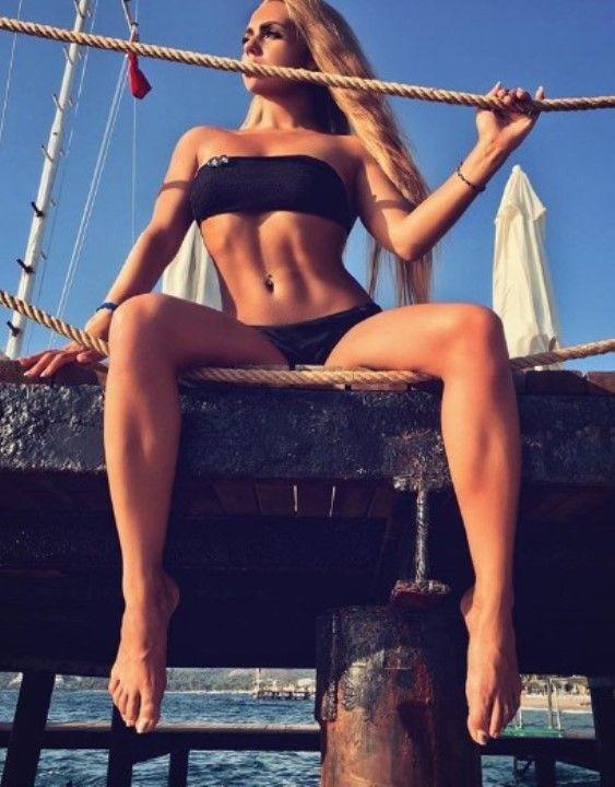 Карина Кросс в бикини