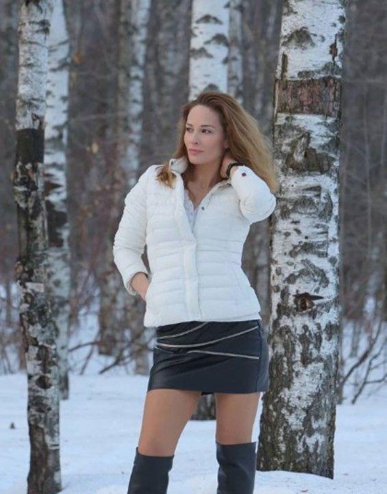 Нина Гогаева в кожаной мини юбке