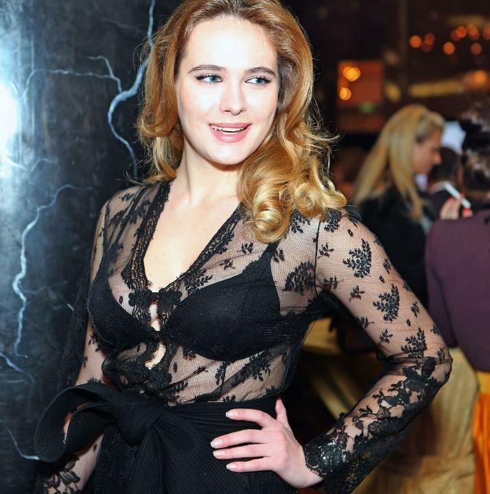 Анна Горшкова в прозрачной блузке