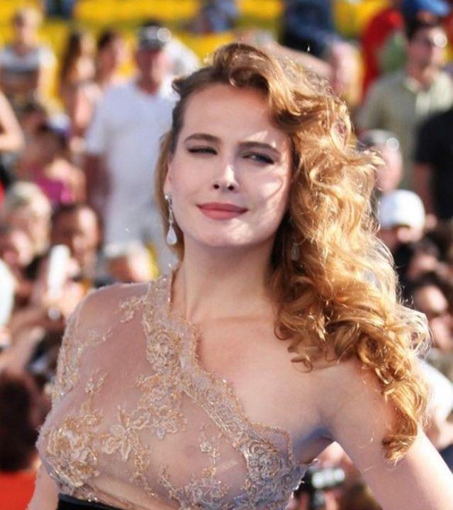 Анна Горшкова в голом платье