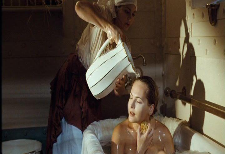 голая Анна Горшкова принимает ванну
