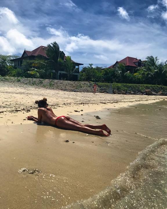 Анна Дзюба топлес на пляже