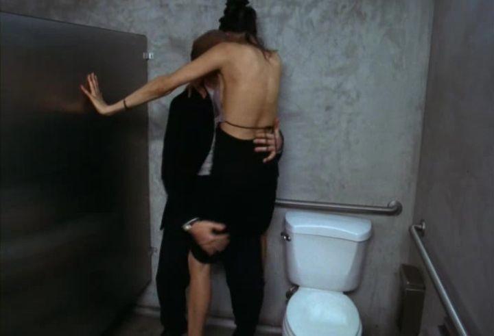 секс Фамке Янссен в общественном туалете