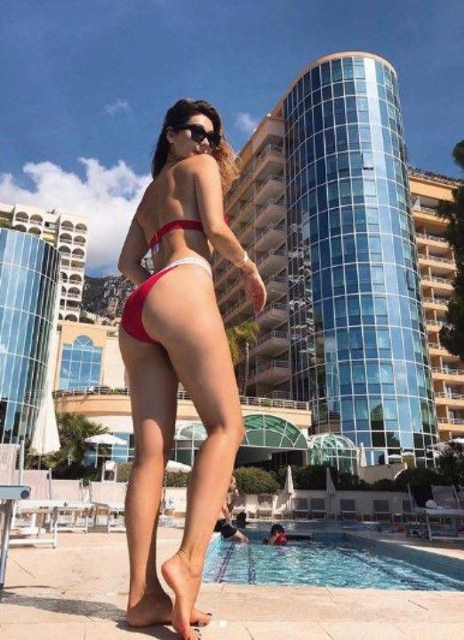 задница Марины Ким в купальнике
