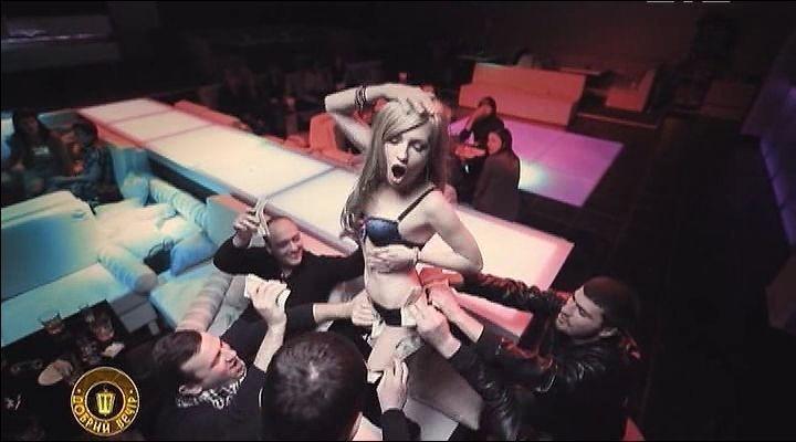 голая Виктория Булитко танцует на столе