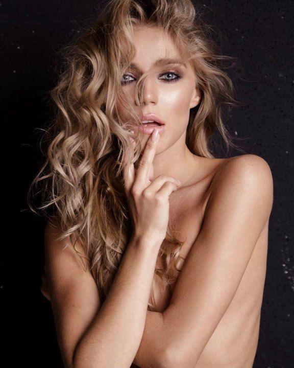 Арина Постникова с голой грудью