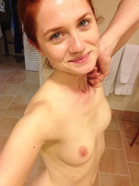 Бонни Райт с голой грудью
