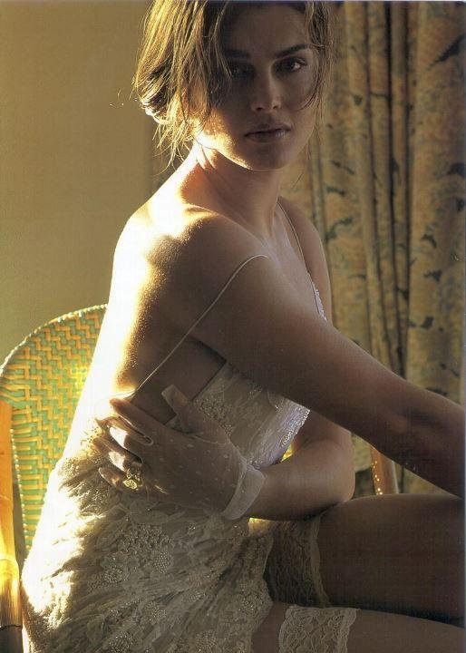 Брук Шилдс в прозрачном платье и чулках