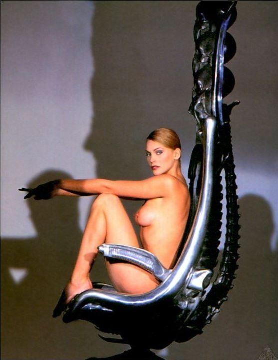 Наташа Хенстридж с голой грудью и без трусов