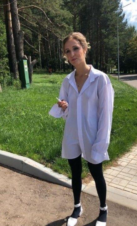 Софья Ардова в рубашке на голое тело