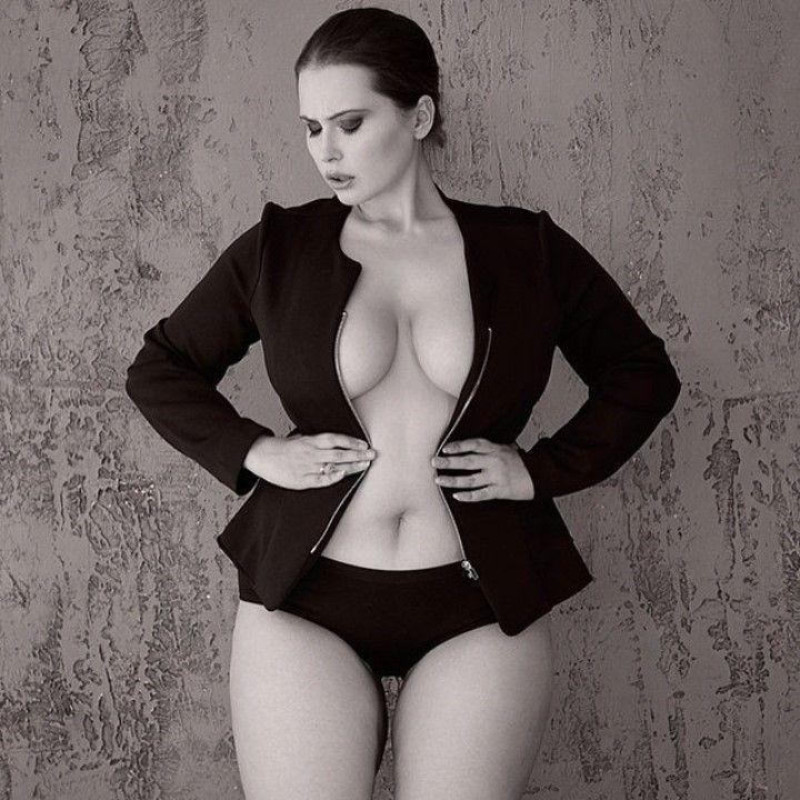 Светлана Каширова с голой грудью