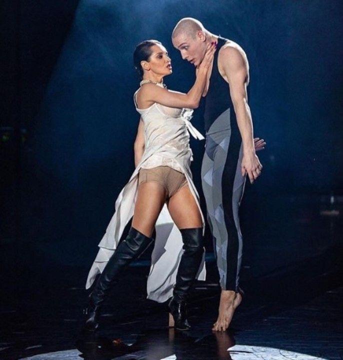 Татьяна Денисова засветила голые ноги и трусы