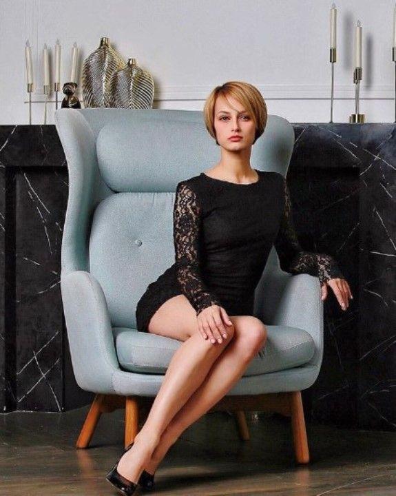 секси Алёна Коломина в мини платье
