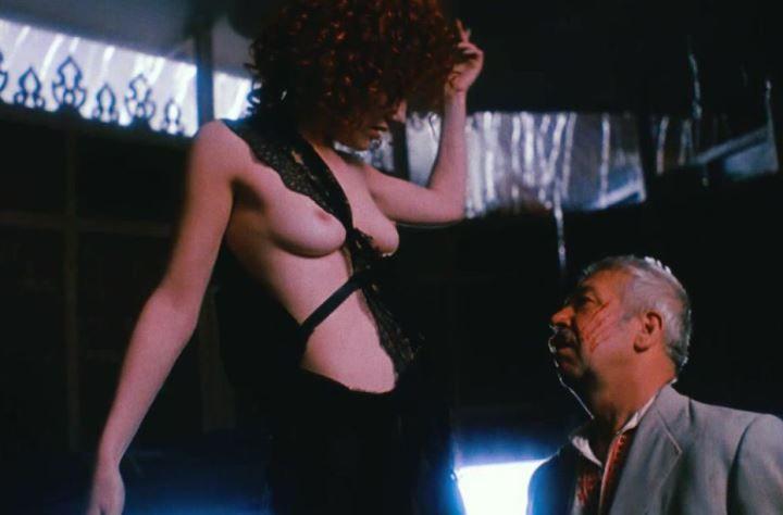 Александра Захарова с голой грудью