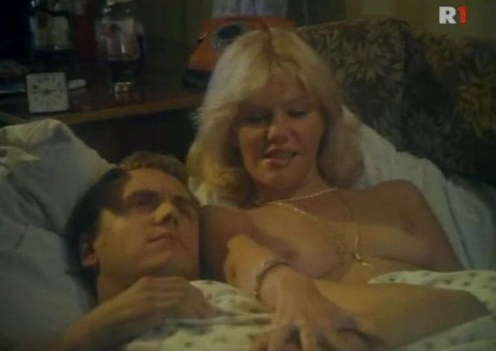 голая Александра Захарова в постели