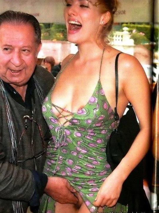 Анна Жимская показала вагину на публике