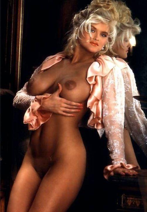 Анна Николь Смит с голой грудью