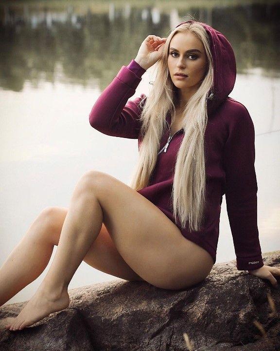 голые ножки Анны Нистром без белья