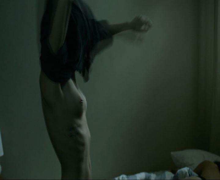 Элоди Юнг голая грудь