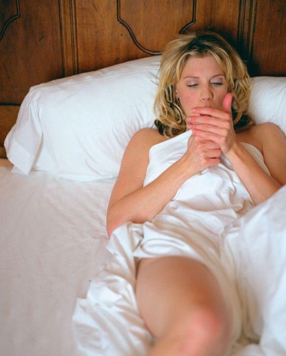 голая Кэти Сакхофф в постели
