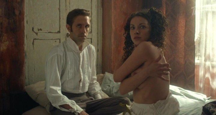Ксения Разина с голой грудью
