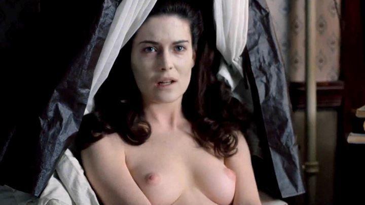 Лара Флинн Бойл с голой грудью