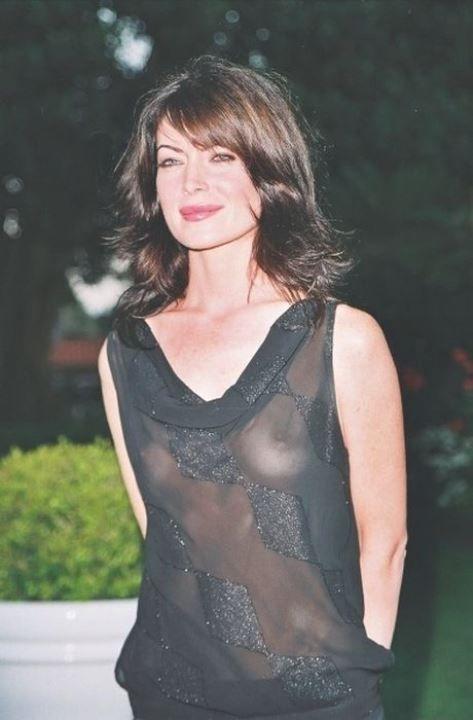 Лара Флинн Бойл в голом платье без белья
