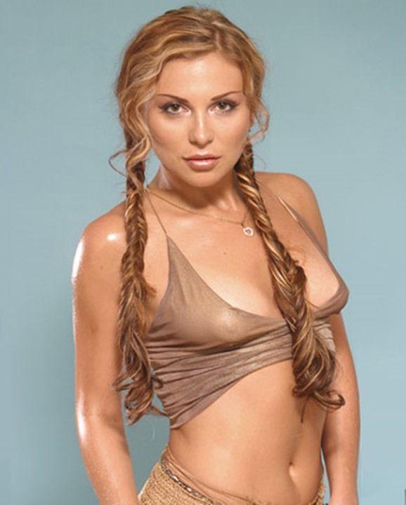 Лариса Черникова с голой грудью