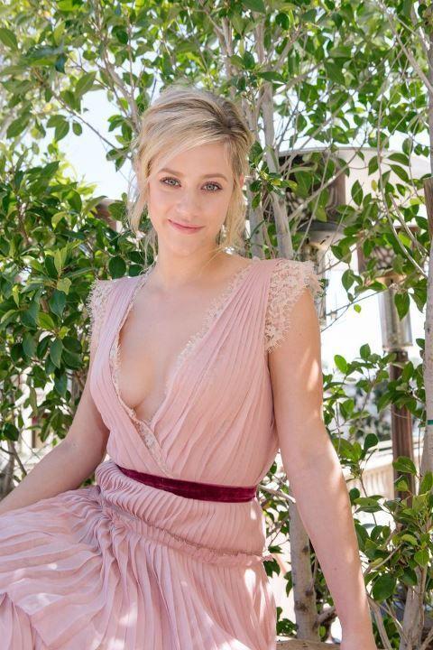 Лили Рейнхарт в голом платье без лифчика