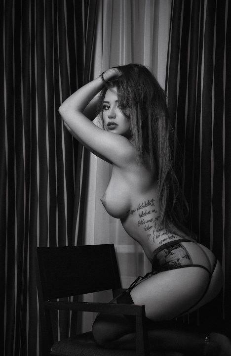 Лия Ситдикова с голой грудью